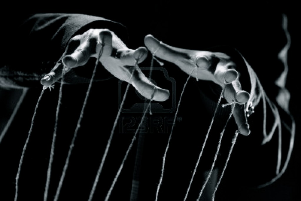 6908810-serie-conceptuel--mains-du-marionnettiste-avec-de-la-corde