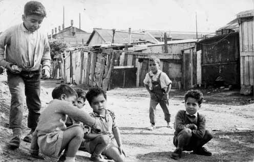 Un bidonville en France dans les années 60